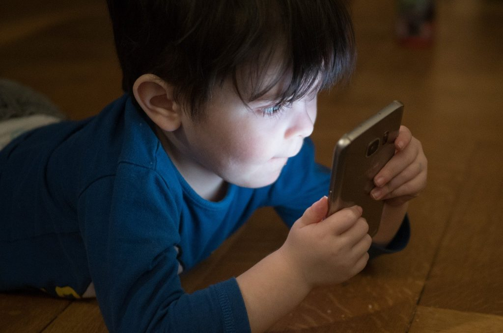 jeune garçon regardant un téléphone