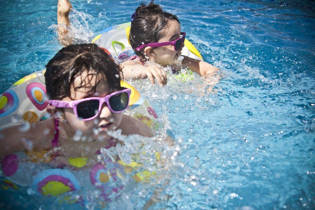 Des filles à la piscine